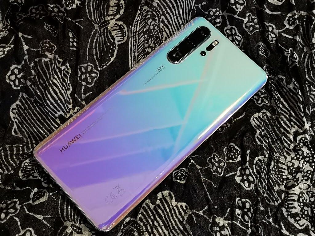 Dunia gawai kembali diramaikan dua smartphone high-end, Huawei P30 Pro dan Samsung Galaxy S10 Plus.  Keduanya memiliki keunggulan memukau, khususnya dari sektor kamera yang mampu merekam objek pada kondisi minim cahaya.  Siapa yang unggul ?